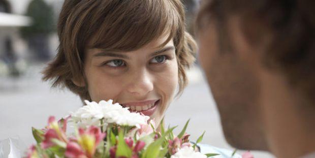Pareja-amor_de_primavera-ramo_de_flores-conquista-getty_MUJIMA20110920_0046_6